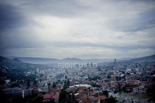 Вид на міський пейзаж проти хмарного неба — стокове фото