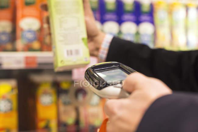 Hombre escaneando producto - foto de stock