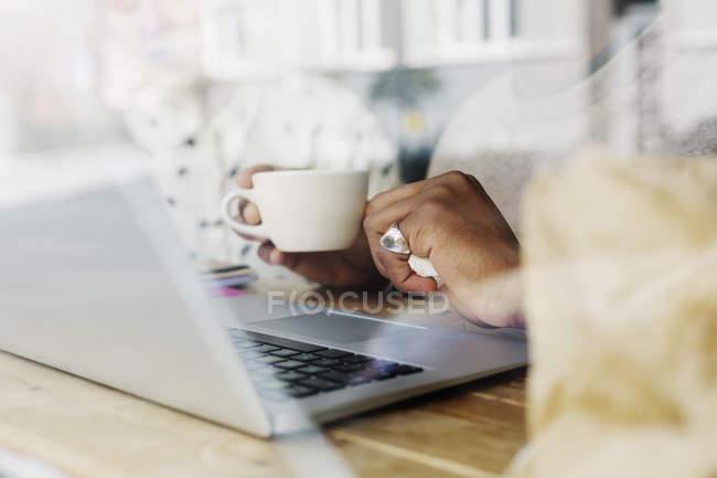Mann hält Kaffeetasse in der Hand — Stockfoto