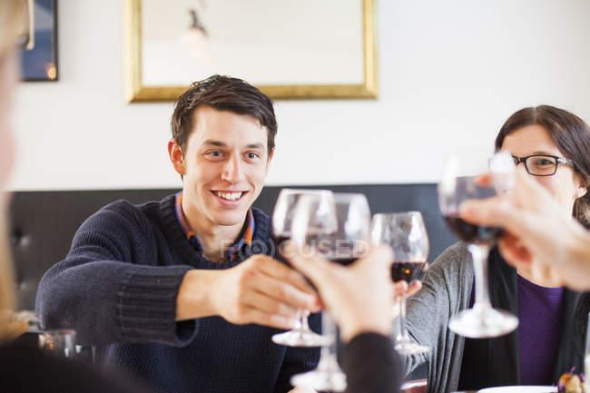 Freunde, toasten rote Weingläser — Stockfoto