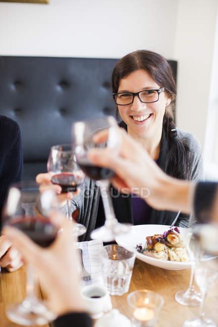 Frau mit Freunden Toasten — Stockfoto