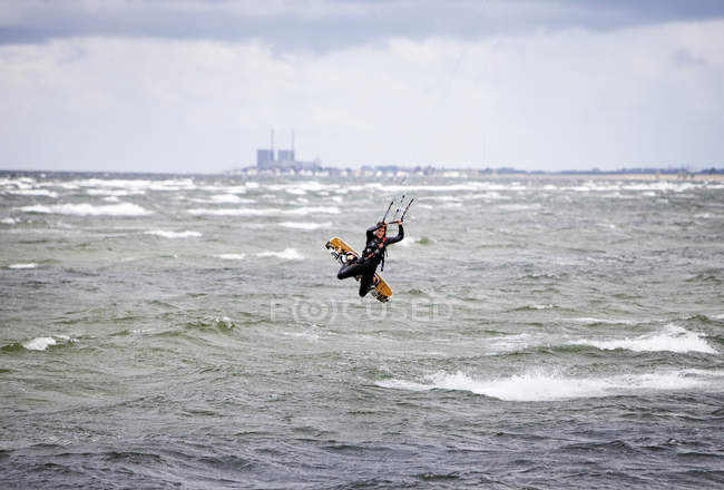 Жінка Кайтбордінг над морем — стокове фото