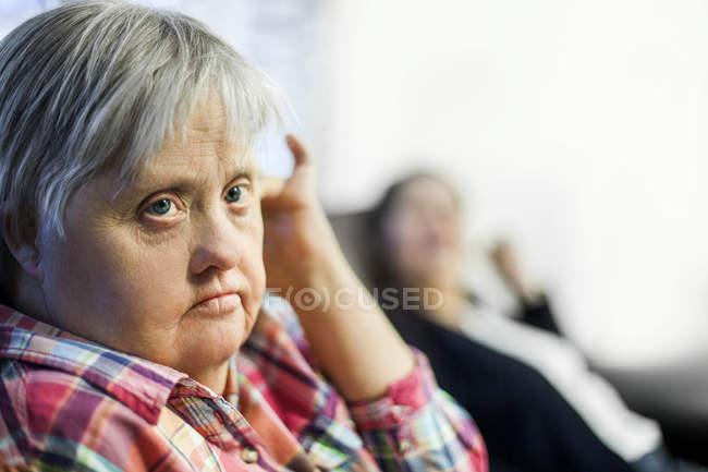 Женщина с синдромом Дауна — стоковое фото