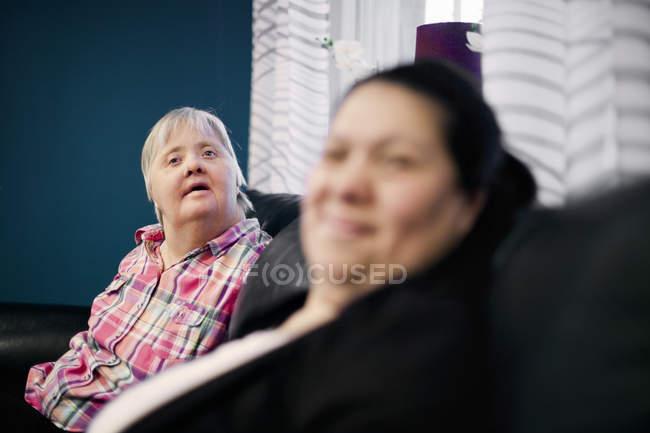 Mentalmente sfidato donna con amico — Foto stock