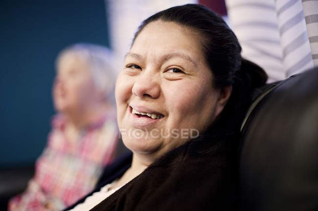 Lächelnde Frau mit Down-Syndrom — Stockfoto
