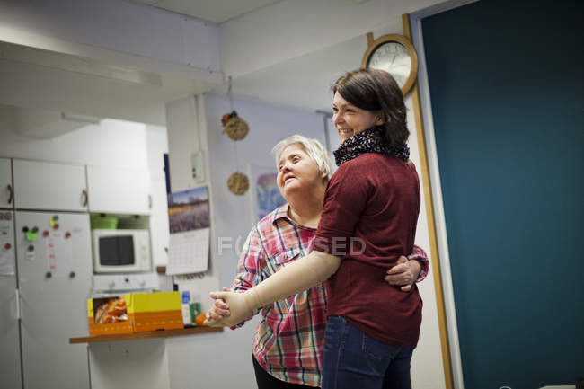 Gesundheitshelferin tanzt mit Frau — Stockfoto