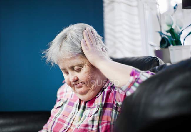 Donna premurosa di disabili mentali — Foto stock