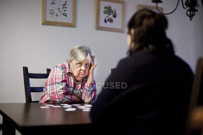Mulher com síndrome de down, olhando para o amigo — Fotografia de Stock