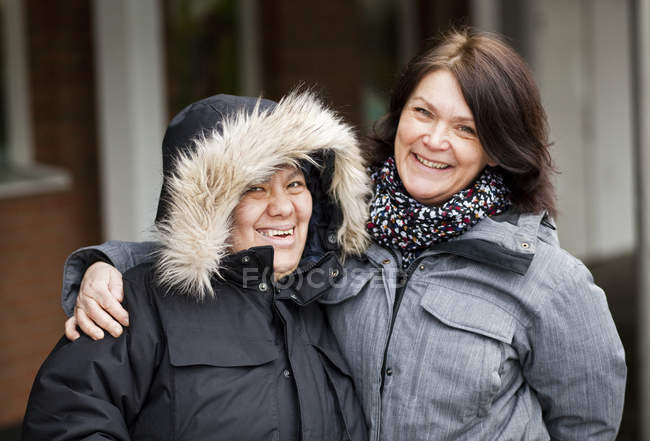 Betreuerin mit geistig behinderter Frau — Stockfoto