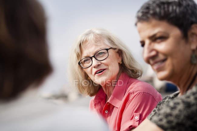 Старші жінки говорили посміхається — стокове фото