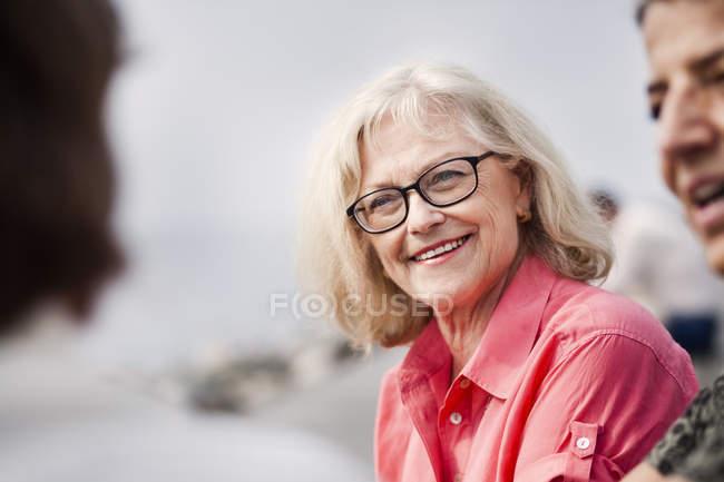 Donne anziane felici che parlano — Foto stock