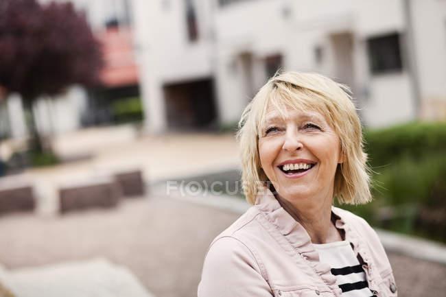 Mulher idosa alegre — Fotografia de Stock