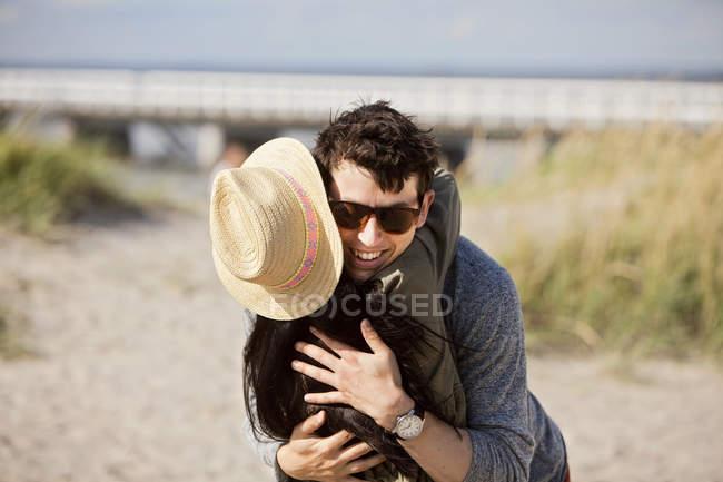 Мужчина обнимает подругу — стоковое фото