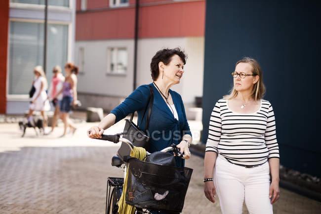 Зрілі з велосипедів з подруга — стокове фото