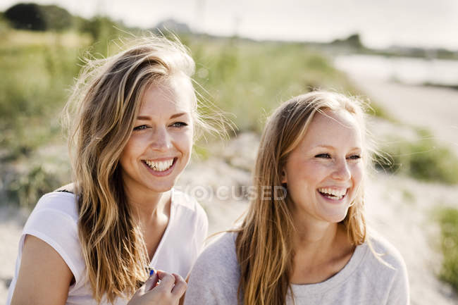 Young female friends — Stock Photo