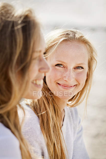 Young woman with female friend — Stock Photo