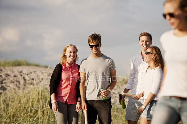 Lächelnde junge Freunde — Stockfoto