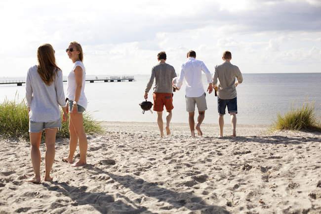 Friends enjoying beach — Stock Photo