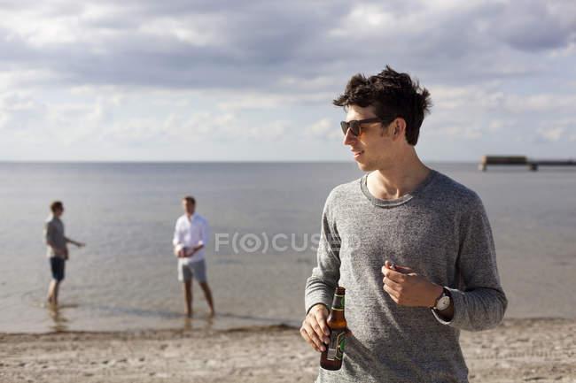 Молода людина холдингу пива — стокове фото