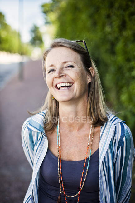 Зрелая женщина на тротуаре — стоковое фото