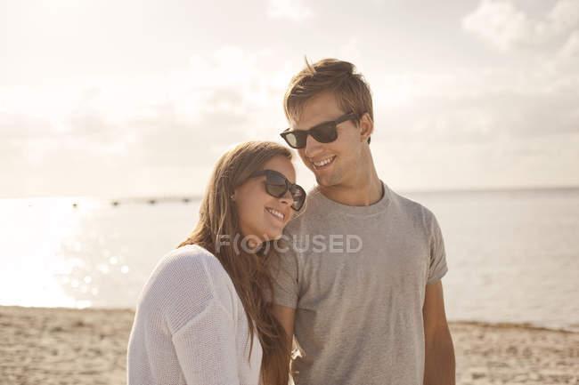 Пара користуються відпустку на пляжі — стокове фото