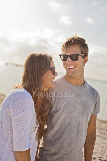Casal aproveitando na praia durante as férias de verão — Fotografia de Stock