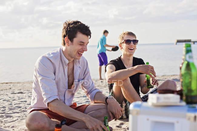 Friends enjoying beer — Stock Photo