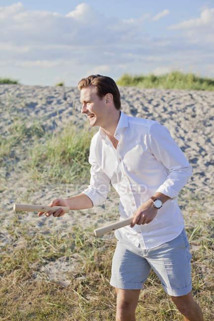 Jovem homem jogar kubb na praia — Fotografia de Stock