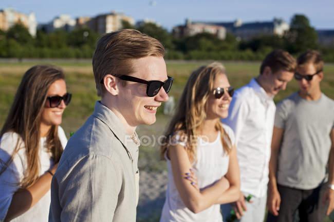 Sorridenti giovani amici — Foto stock