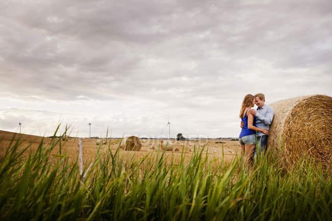 Пара стоячи сіно Бейл на полі — стокове фото