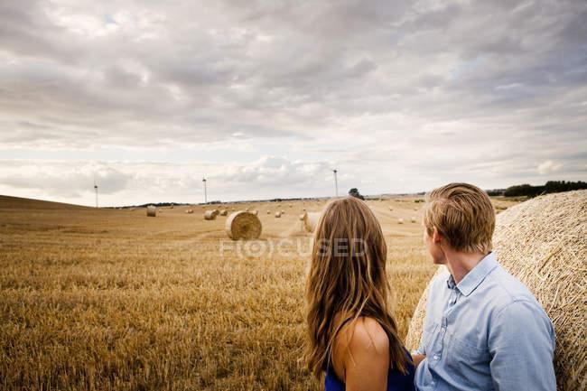 Пара стоячи сіно Бейл — стокове фото