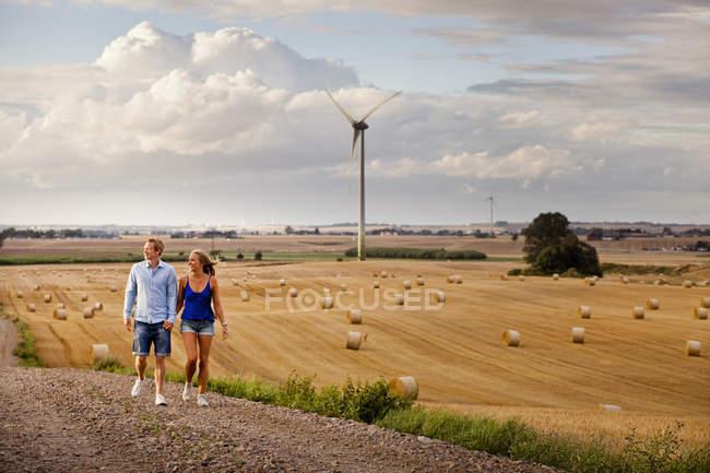 Пара ходіння по грунтовій дорозі за полем — стокове фото