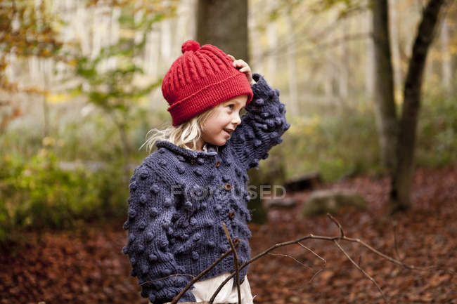 Girl looking away while standing in forest — Stock Photo