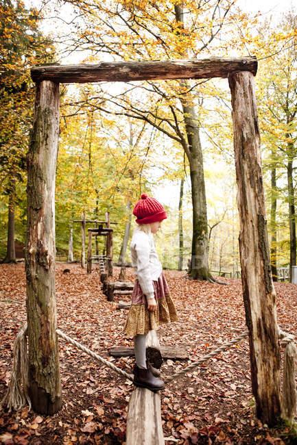 Дівчина стояла на вхід в лісі — стокове фото