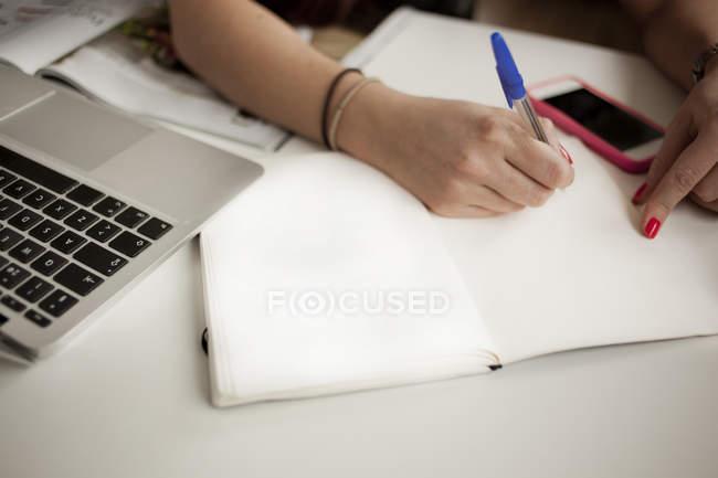 Планирование рук в блокноте на столе — стоковое фото