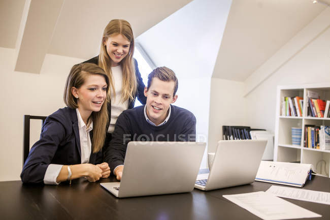 Young businessman with women — Stock Photo