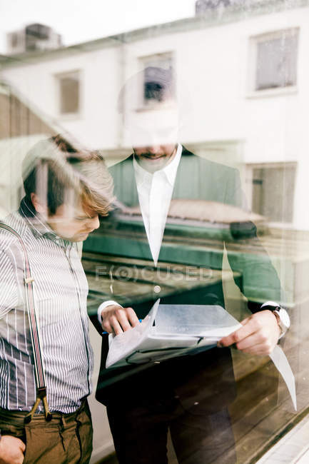 Young male colleagues discussing — Stock Photo