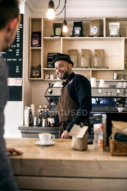 Щасливі середині дорослих barista — стокове фото