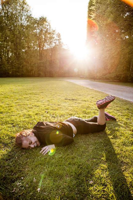 Спортсмен, що лежить на траві — стокове фото