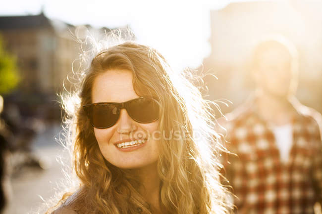 Glückliche Frau auf Straße — Stockfoto
