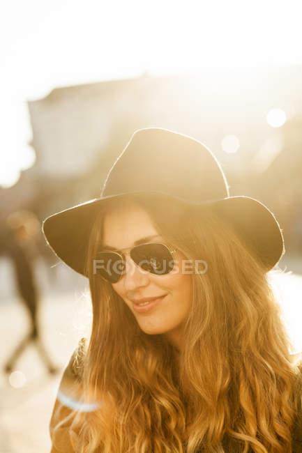 Улыбающаяся молодая женщина — стоковое фото