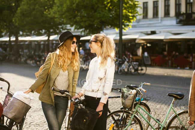 Feliz amigos do sexo feminino — Fotografia de Stock
