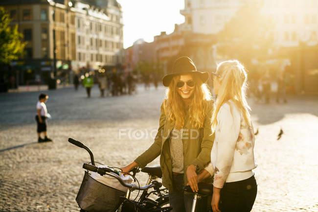 Donna felice in piedi con amica donna — Foto stock