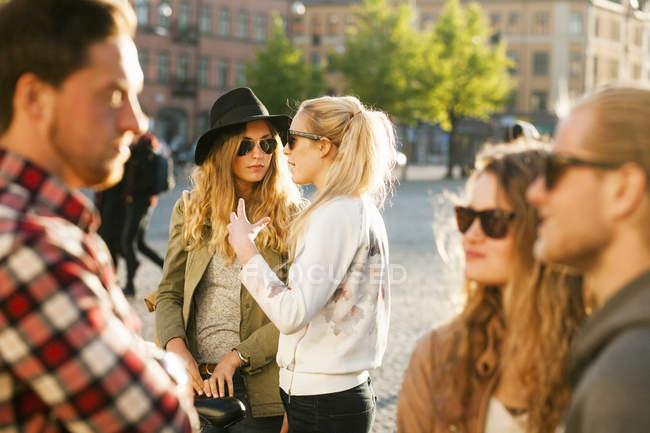 Amigos hombres y mujeres - foto de stock