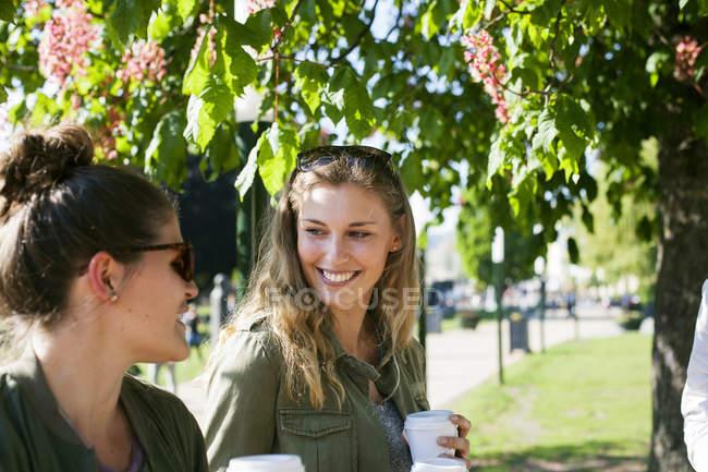 Femme heureuse regardant un ami — Photo de stock