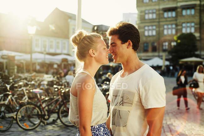 Romantisches Paar reibt sich die Nase — Stockfoto