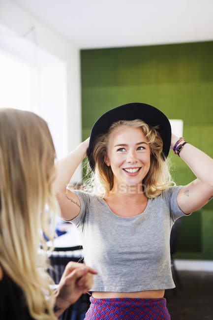 Vestindo chapéu de mulher — Fotografia de Stock