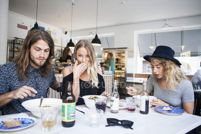 Femme ayant de la nourriture avec des amis au restaurant — Photo de stock