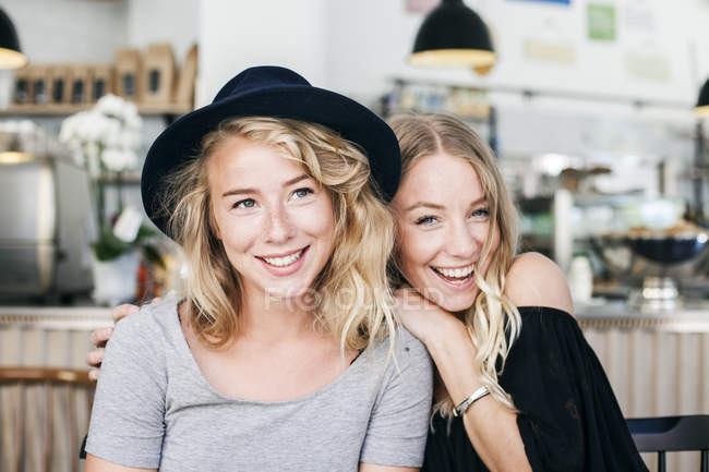 Giovane donna con amico nel ristorante — Foto stock
