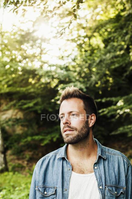 Человек стоит в лесу — стоковое фото